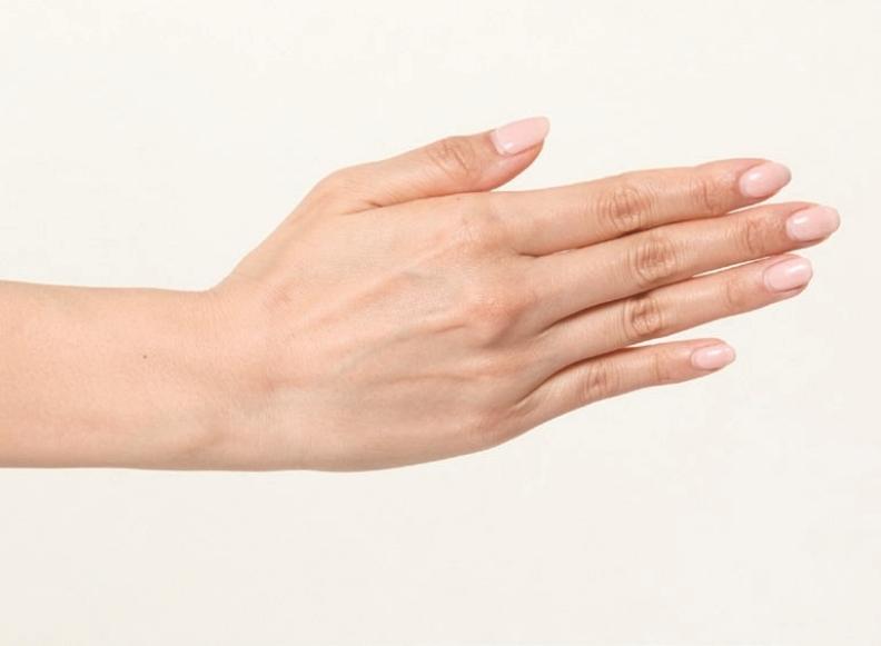 手腕從小指側往上彎時,檢查側面是否感覺緊繃,或難以做到動作。 境好出版提供