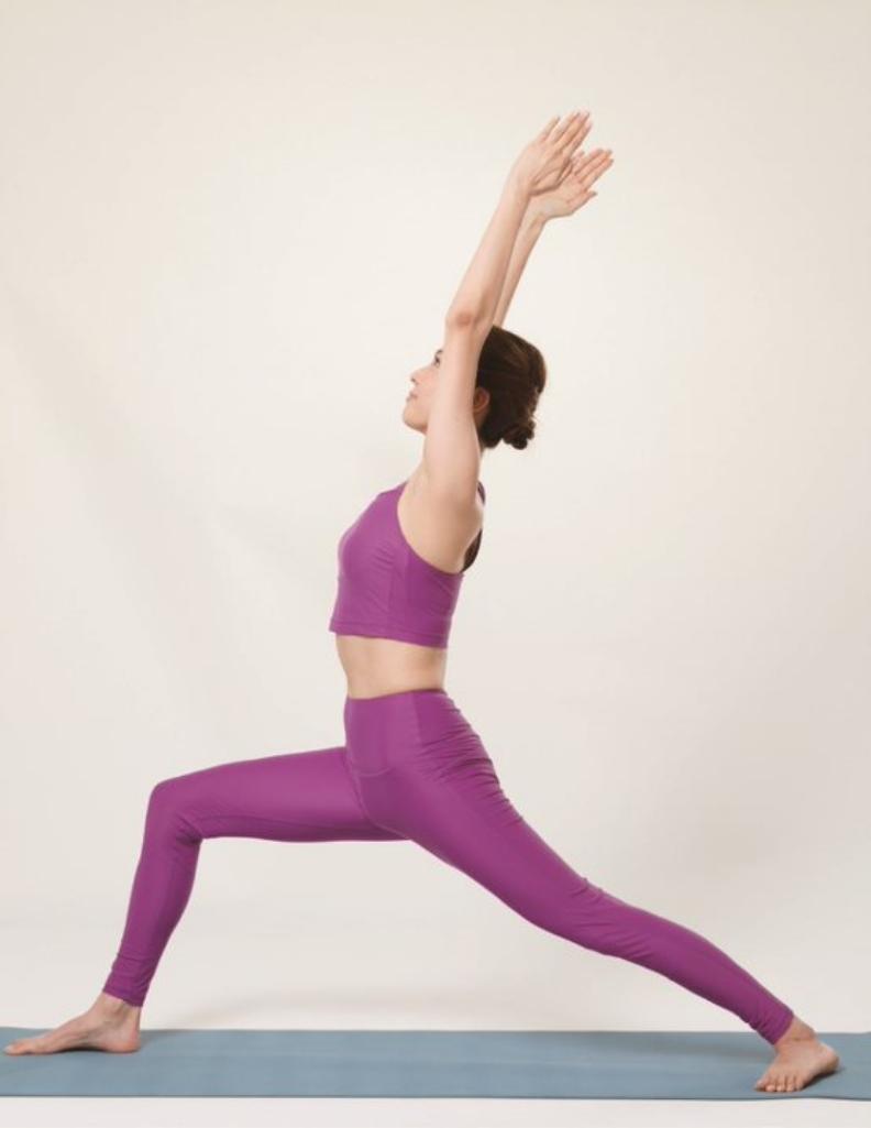 前腳彎曲,上半身仰,把呼吸送進經絡,維持動作。境好出版提供
