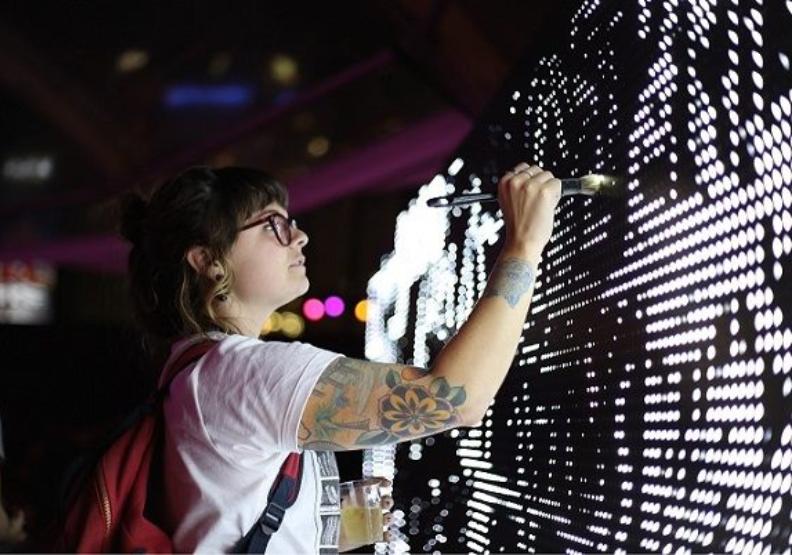 2019年台北白晝之夜讓民眾化身藝術家。台北白晝之夜提供。