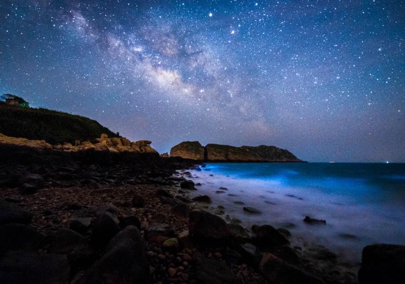馬祖「藍眼淚」攝影比賽佳作《星空琉璃海》,陳隆勝攝。連江縣政府提供。