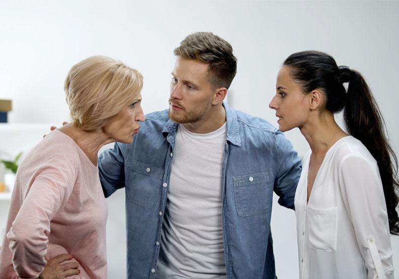 婆媳關係是一個謊言!三角關係才是真相,問題解決關鍵在他