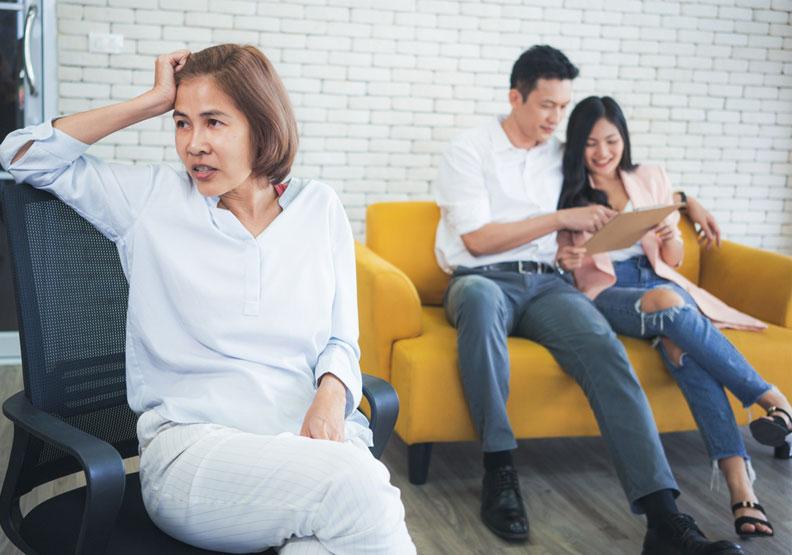 傳統華人家庭是失衡的:親子關係是核心,夫妻關係是配角。僅為情境配圖,取自shutterstock