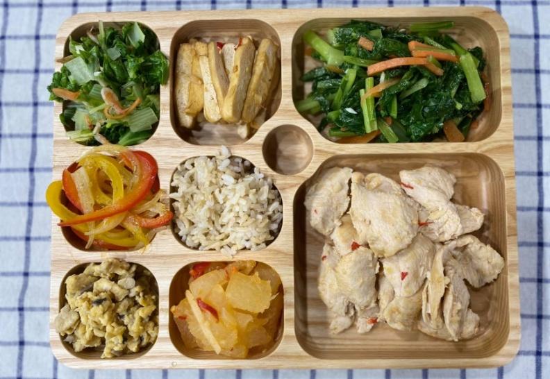 使用餐盤控制食量,飯、麵要裝在最小格。游能俊提供