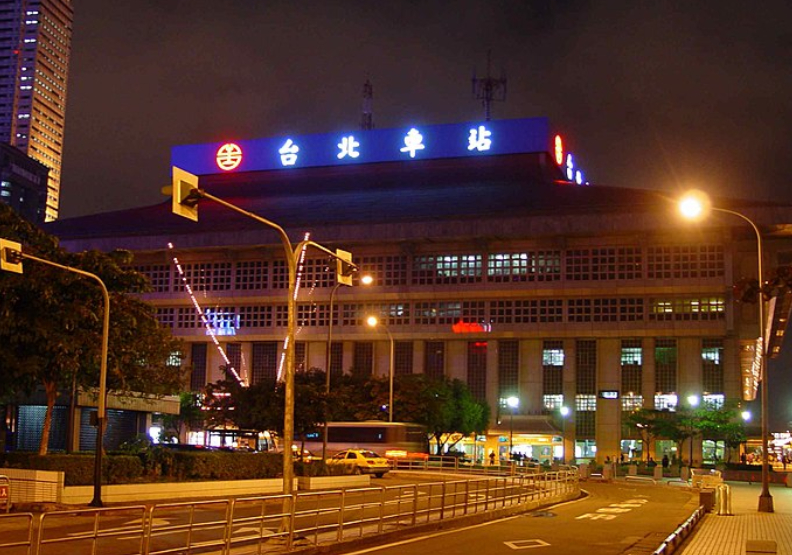 最短命都市傳說!台北車站拆招牌,一字不亮竟跟台鐵事故有關?