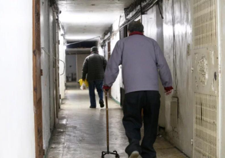 屋齡40年的高雄鹽埕區「城中城」大樓,因建物老舊、缺乏管理、租金低廉,淪為社會底層住所,當中有不少住戶是獨居長輩。聯合新聞網提供。