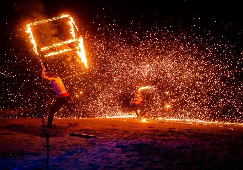 真火舞閃亮金山藝術美!新北光影藝術展「北海潮與火」震撼登場