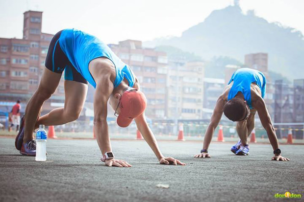 優秀跑鞋的特性是:平底、輕薄與柔軟