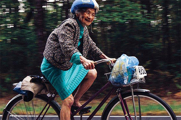 32年不中斷!90歲台裔阿嬤穿高跟鞋與裙子騎150英里