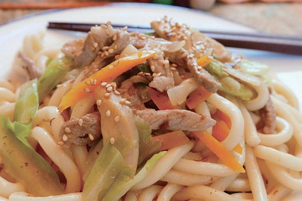 天冷時的暖心料理:一鍋到底日式炒烏龍