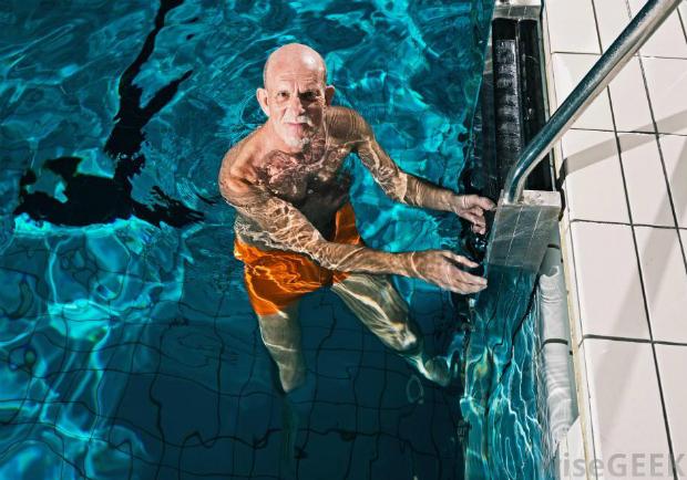 為什麼游泳可能是最適合老年人的運動?