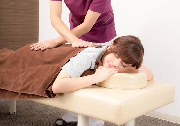 跟著中醫按這兩個穴位,有助改善睡眠、防秋乏