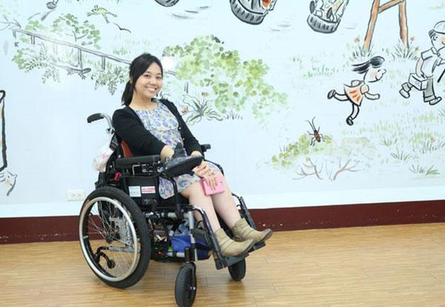 跟體內的39根鋼釘共存,她帶著輪椅去旅行