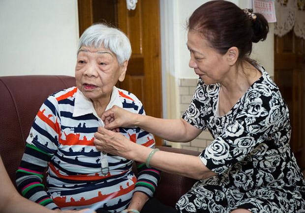 照顧高齡失智母親,結果自己也被確診失智...她樂觀迎擊苦難