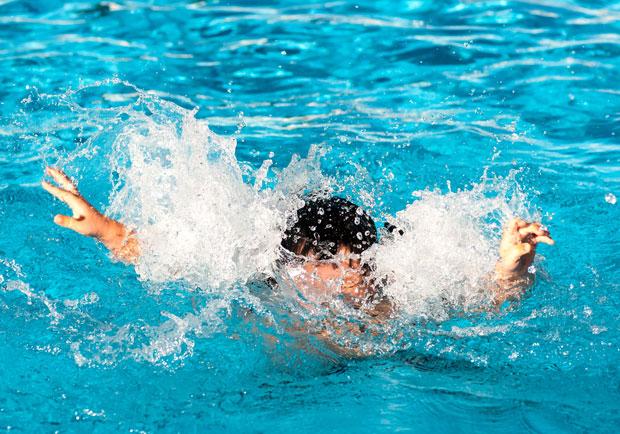 楊偉中意外身亡,不會游泳也要會的自救 4 招