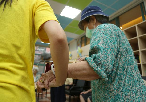 頸背呈圓隆狀:年老婦女的頸背駝峰