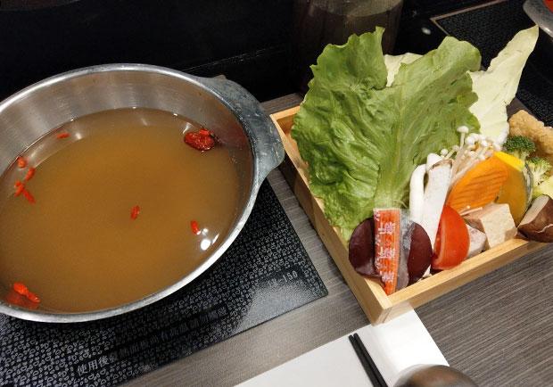 火鍋湯底竟是粉泡的!現熬、粉泡到底差在哪?
