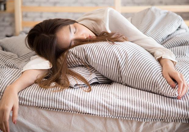 睡太熟壓到手,刺麻感其實是神經警訊!專家解析麻痺迷思