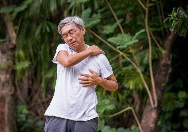 50歲後出現倦怠、呼吸困難,肺部可能已變成「菜瓜布」