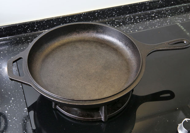 生鐵鑄鐵鍋功用多,但千萬不要拿來煮這 5 種食物!