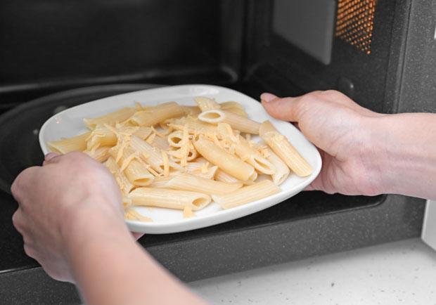微波加熱放5天後的義大利麵,他吃了後竟猝死
