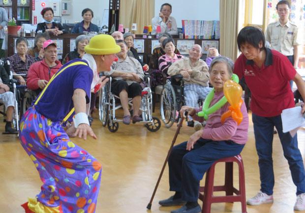 化身老萊子,68歲「小丑蛋黃」將愛心宅配到長輩心中