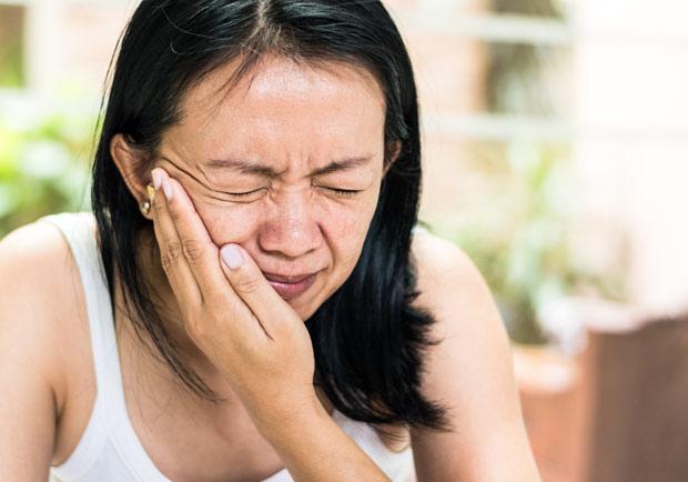 張嘴竟有喀喀聲!顳顎關節障礙症:壓力大、磨牙都是原因