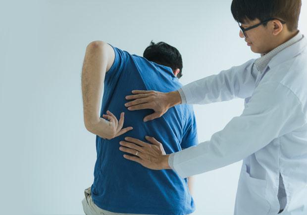 急性背痛疼到受不了!專家 6 招止痛法在家也能自救