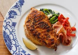 肉質不柴又多汁:烤培根香料雞胸