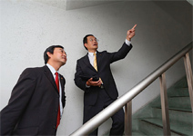 為帶客戶看屋,跨越22樓陽台搏命演出
