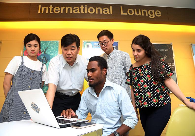 營造全英語授課環境 同學就是外國人