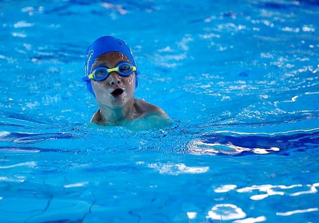 他雖然沒有雙手,但他努力游出人生第一面金牌