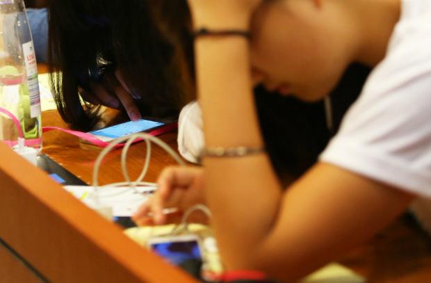 英國實施「手機禁令」 成績明顯飆升