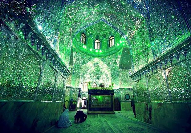 宛如綠色極光星夜!伊朗馬賽克清真寺以百萬面小碎鏡透射星芒