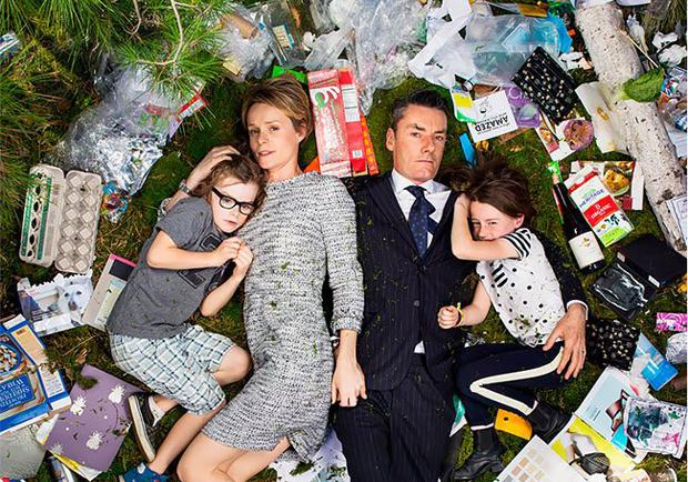 人類有多會製造垃圾?美國攝影師讓人們與「7天垃圾」共枕!
