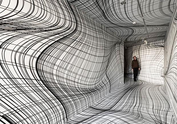 你確定這是一條筆直的隧道嗎?奧地利藝術家畫上幾條線就足以讓空間顛倒
