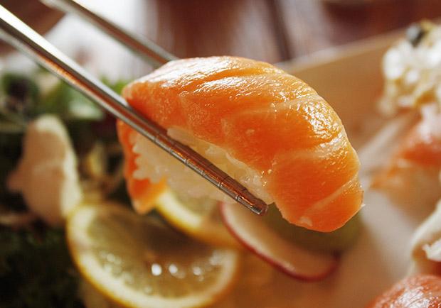 海蝨寄生,鮭魚生魚片還能吃嗎?專家這樣建議