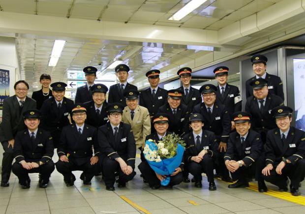 最棒退休禮物!堅守崗位42年的東京地鐵老站長 喜收同僚感人燈箱告白