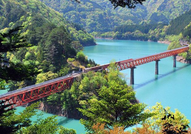 漂浮在青翠湖上!日本靜岡縣夢幻秘境車站