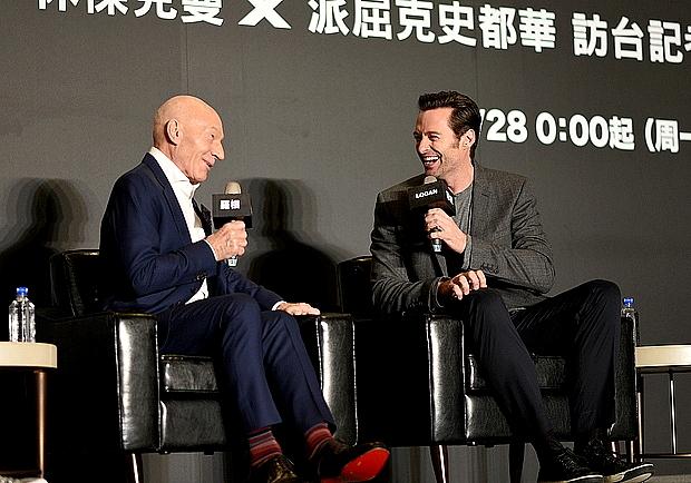 超親民!休傑克曼與派崔克史都華合體同台秀中文