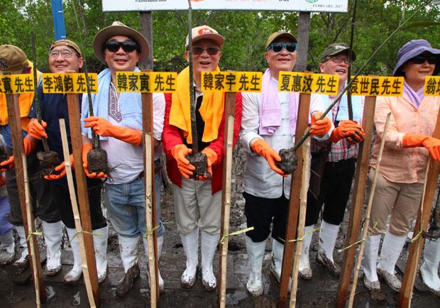 韓家宇拉台港星餐飲老闆 到印尼種樹做環保