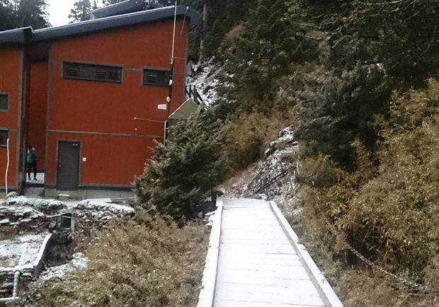 玉山清晨下雪了 16年來最晚初雪