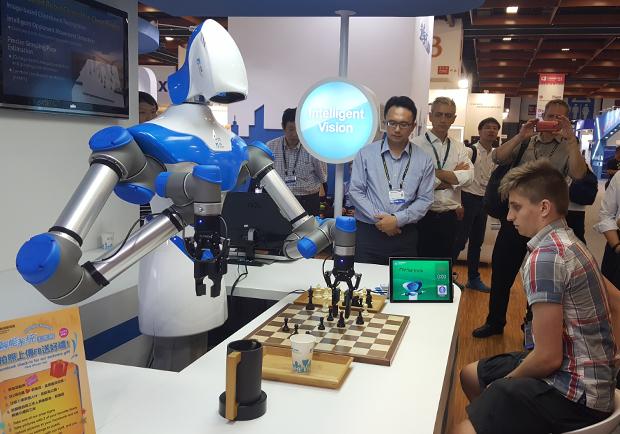 工研院智慧視覺機器人系統 陪下棋又送上咖啡