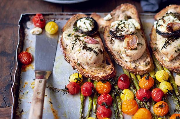 超級食物:蒜味百里香烤雞胸佐蘑菇、番茄與蘆筍