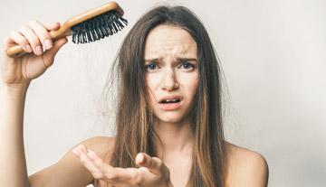 女人稀疏的頭髮