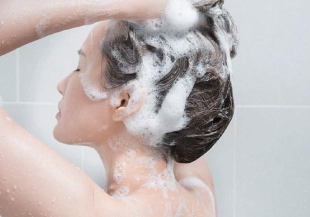 夏天爆汗頭髮卻不能洗太多次?5 項關於頭髮的疑問醫師來解答
