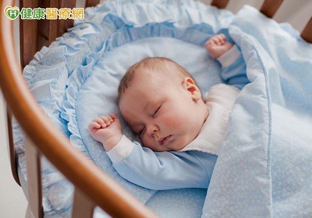 可愛嬰兒床隱藏危機!寶寶怎麼睡才安全?