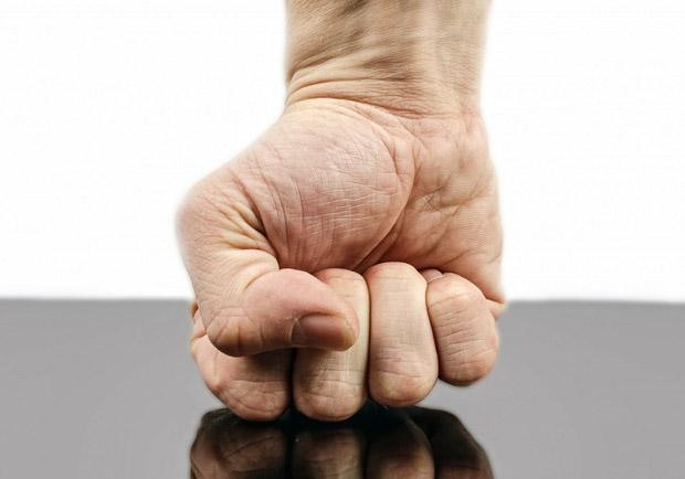 療癒穴道:憤怒時無意識「握拳」的原因