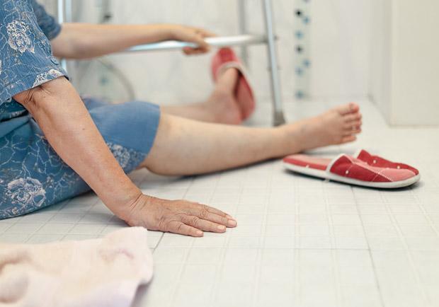 老人家怕跌倒... 專家:這 12 種藥物副作用要小心