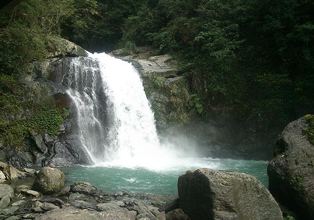 在瀑布前大口呼吸...原來負離子有這些好處!