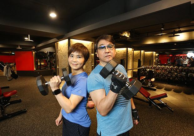 像吃飯一樣習慣!李濤、李艷秋夫妻:重訓不是年輕人專利